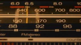 Radiowijzerplaat, die naar posten zoeken stock footage