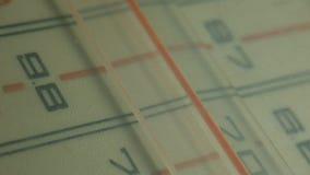 Radiowijzerplaat, die naar posten zoeken De correcte oude radio stock footage