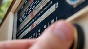 Radiowijzerplaat, die naar posten zoeken De oude radioussr Oude uitstekende radio die door een wijzerplaat worden gestemd te draa stock video