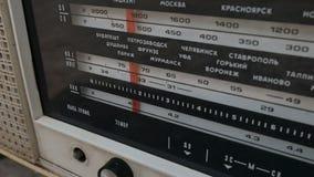 Radiowijzerplaat, die naar posten zoeken De oude radioussr Oude uitstekende radio die door een wijzerplaat worden gestemd te draa stock videobeelden