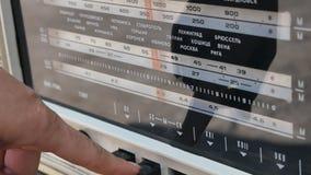 Radiowijzerplaat, die naar posten zoeken De oude radioussr Oude uitstekende radio die door een wijzerplaat worden gestemd te draa stock footage