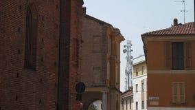 Radiowy maszt w odległości widzieć od miasteczka, Mortara, PV, Włochy zbiory