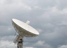 Radiowy teleskop wskazuje przy burzowym niebem Zdjęcia Royalty Free