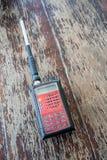 Radiozendontvanger Rood rechthoek draagbaar apparaat met geel en stock afbeeldingen