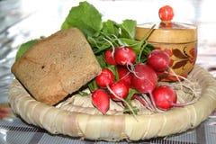 Radis avec du pain et le sel photo stock