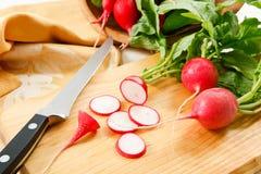 Radis coupés en tranches frais de jardin Images stock
