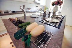 Radis dans un compartiment de blanc de cuisine de conception moderne Photo stock