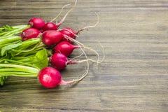 Radis frais sur une table rustique photos stock