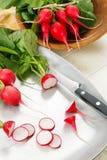 Radis rouges coupés en tranches frais Images stock