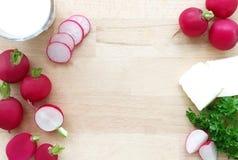 radishes Ingredientes para a propagação do rabanete ou a sopa do rabanete - salsa dos rabanetes, da manteiga, a de creme e a verd Imagem de Stock