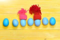 Raditional ägg som målas i blått, färgar i linje eller ror Royaltyfri Foto