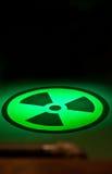 Radium-Symbol auf Boden im grünen Licht Stockbild