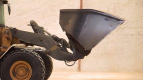 Radlader, der an Baustelle arbeitet Schwermaschinen im Lager Beweglicher Boden der Radplanierraupe in der Schaufel Abschluss oben stock video