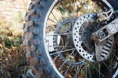 Radmotorrad Enduro ist auf dem Grasabschluß oben schmutzig stockfotos