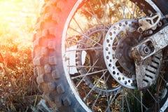 Radmotorrad Enduro ist auf dem oben getonten Grasabschluß schmutzig lizenzfreies stockbild