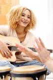 Radość która przychodzi od muzyki obrazy stock