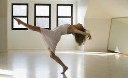 radości dancingowa kobieta obrazy royalty free