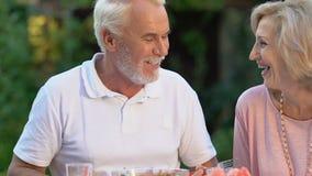 Radośni dziadkowie ma gościa restauracji z grandkids, rodzina cieszy się czas wpólnie zdjęcie wideo