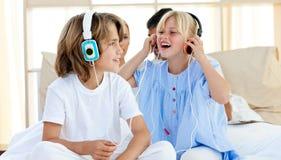 Radośni dzieci ma zabawę i słuchającą muzykę Zdjęcie Royalty Free