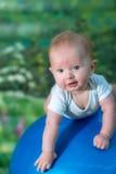 Radośni dziecko śmiechy Zdjęcie Stock
