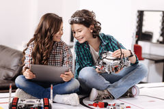 Radośni przyjaciele bada nowożytnych gadżety i przyrząda w domu fotografia royalty free