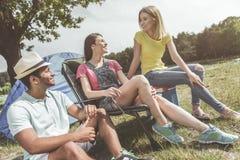 Radośni przyjaciele relaksuje w naturze obrazy stock