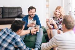 Radośni przyjemni ludzie ma kawową przerwę Fotografia Stock