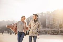 Radośni romantyczni kochankowie chodzą na ulicie zdjęcia royalty free