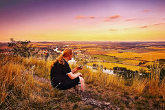 Radobyl,捷克共和国- 2017年7月03日:从Radobyl小山的看法到Labe在CHKO Ceske斯特雷旅游区在日落在捷克 库存图片