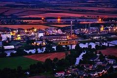 Radobyl, République Tchèque - 3 juillet 2017 : vue de soirée de colline de Radobyl à l'usine chimique dans la ville de Lovosice d Image libre de droits
