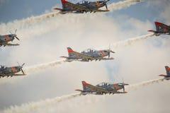 RADOM, POLÔNIA - 23 DE AGOSTO: Equipe aerobatic da exposição de Orlik (Polônia) fotografia de stock