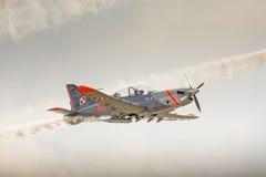RADOM, POLÔNIA - 23 DE AGOSTO: Equipe aerobatic da exposição de Orlik (Polônia) imagens de stock