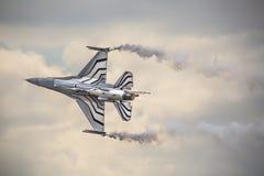 RADOM, POLEN - 23. AUGUST: Belgischer Luftwaffe F-16 macht seine Show Lizenzfreies Stockbild