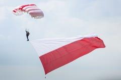 RADOM, POLEN - 23. AUGUST: Fallschirmspringer mit der polnischen Flagge an A Stockfoto