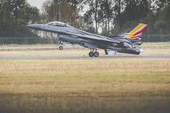 RADOM POLEN - AUGUSTI 23: Belgisk flygvapenF-16 gör dess show Royaltyfria Foton