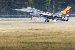 RADOM POLEN - AUGUSTI 23: Belgisk flygvapenF-16 gör dess show Arkivfoto