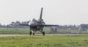 RADOM POLEN - AUGUSTI 26: Polsk F-16 gör dess show under luft Arkivfoton