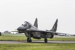 RADOM POLEN - AUGUSTI 26: Polsk F-16 gör dess show under luft Royaltyfri Bild
