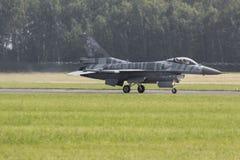 RADOM POLEN - AUGUSTI 26: Polsk F-16 gör dess show under luft Arkivbild