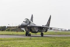 RADOM POLEN - AUGUSTI 26: Polsk F-16 gör dess show under luft fotografering för bildbyråer