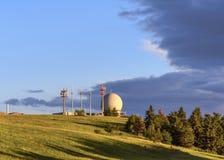 Radom radarkupol och radioantenner på det Wasserkuppe berget, Poppenhausen, Hessen, Tyskland royaltyfria bilder