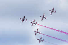 RADOMSKI, POLSKA, SIERPIEŃ - 23: Bialo-Czerwone Iskra aeroba (Polska) obraz royalty free