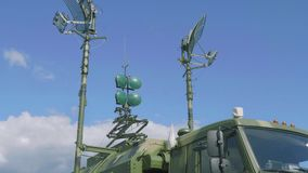 Radors του σταθμού ρ-416GM αναμεταδόσεων μέσω σύνδεσης δύο ραδιοσταθμών με το μπλε ουρανό στο υπόβαθρο απόθεμα βίντεο