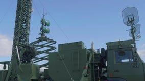 Radors av denrelä stationen R-416GM med blå himmel på bakgrund arkivfilmer