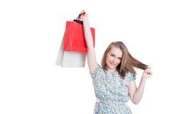 Radosna ładna kobieta wzrasta w górę prezent toreb Zdjęcia Royalty Free