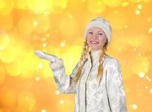 Radosna śnieżna dziewczyna substytuował palmy dla twój inskrypcji fotografia stock