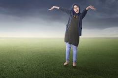 Radosna azjatykcia muzułmańska kobiety pozycja obrazy royalty free
