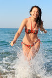 radosna bieg morza kobieta Obrazy Royalty Free