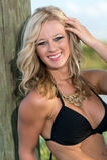 Radosna caucasian kobieta w bikini zdjęcia stock