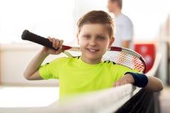 Radosna chłopiec bawić się tenisa indoors Zdjęcie Stock